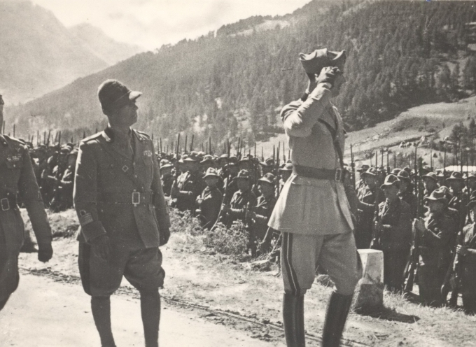 01.Principe Umberto con gli Alpini